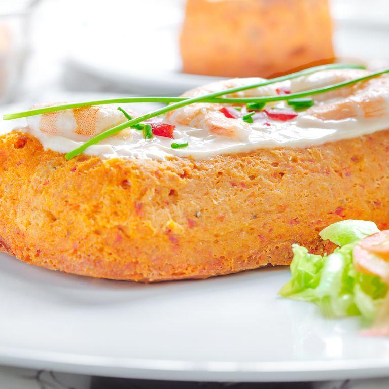 ¿No sabes qué llevar a una cena con amigos? Apuesta por un pastel de atún delicioso y rápido