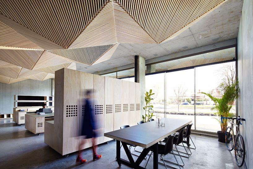 Construído pelo Assemble na Northcote, Australia na data 2013. Imagens do Tanja Milbourne. O escritório australiano Assemble recentemente concluiu o projeto de seu estúdio na cidade de Northcote, na Austrália...