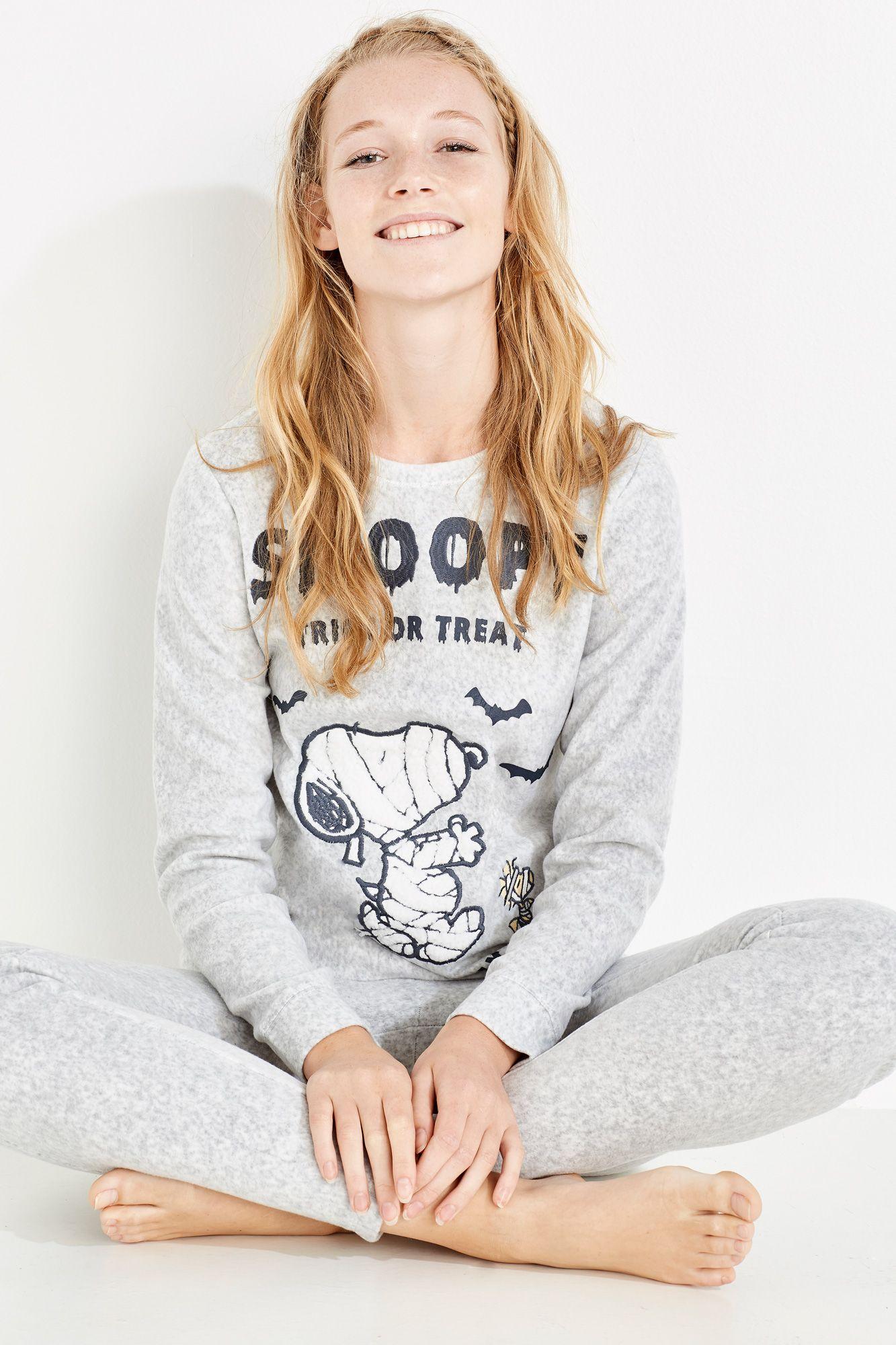 4b0d9b1551 Pijama largo polar compuesto por camiseta de manga larga con estampado de  Snoopy de Halloween y