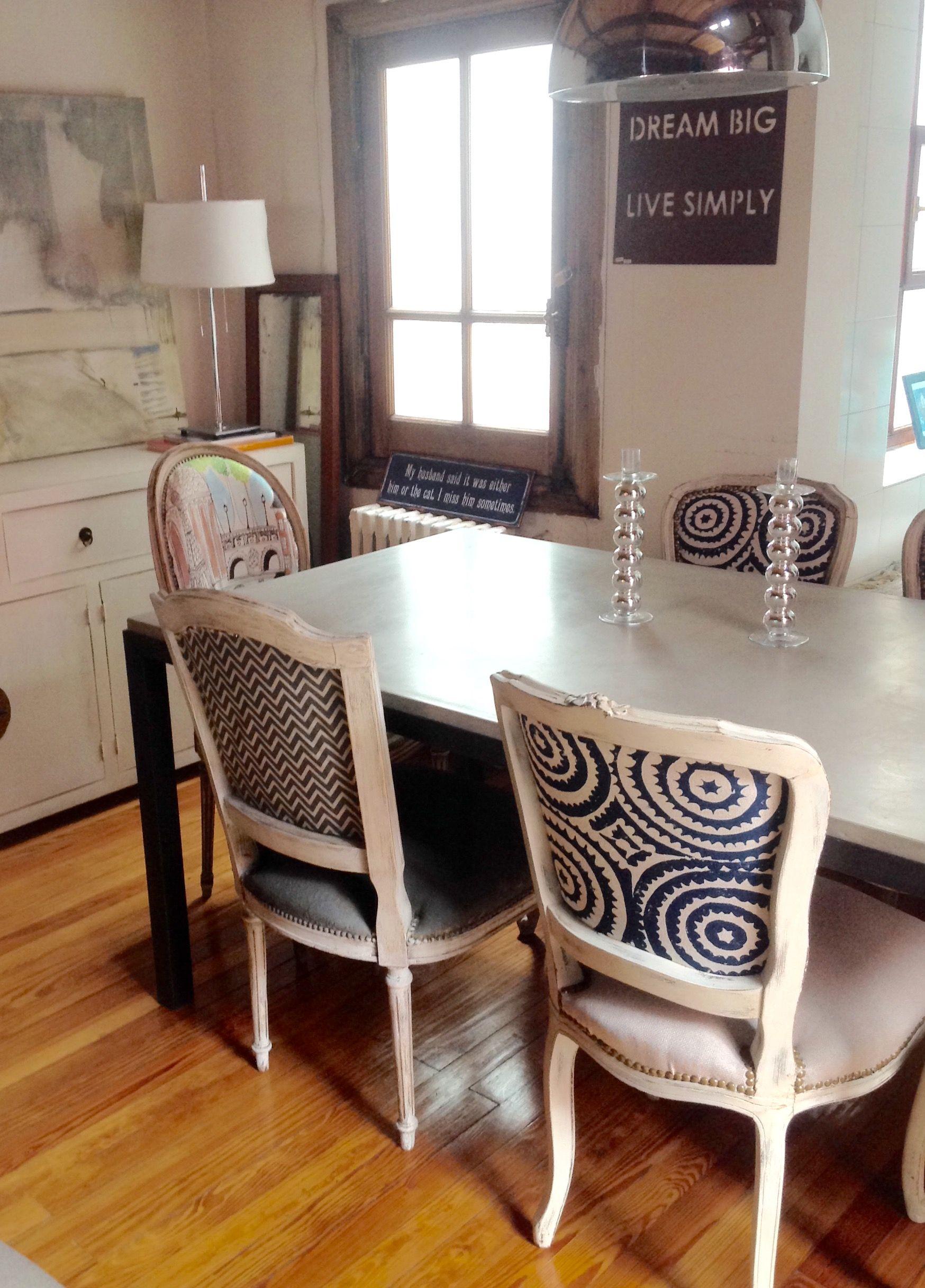 Mesa de comedor de cemento alisado con sillas antiguas | TU COMEDOR ...