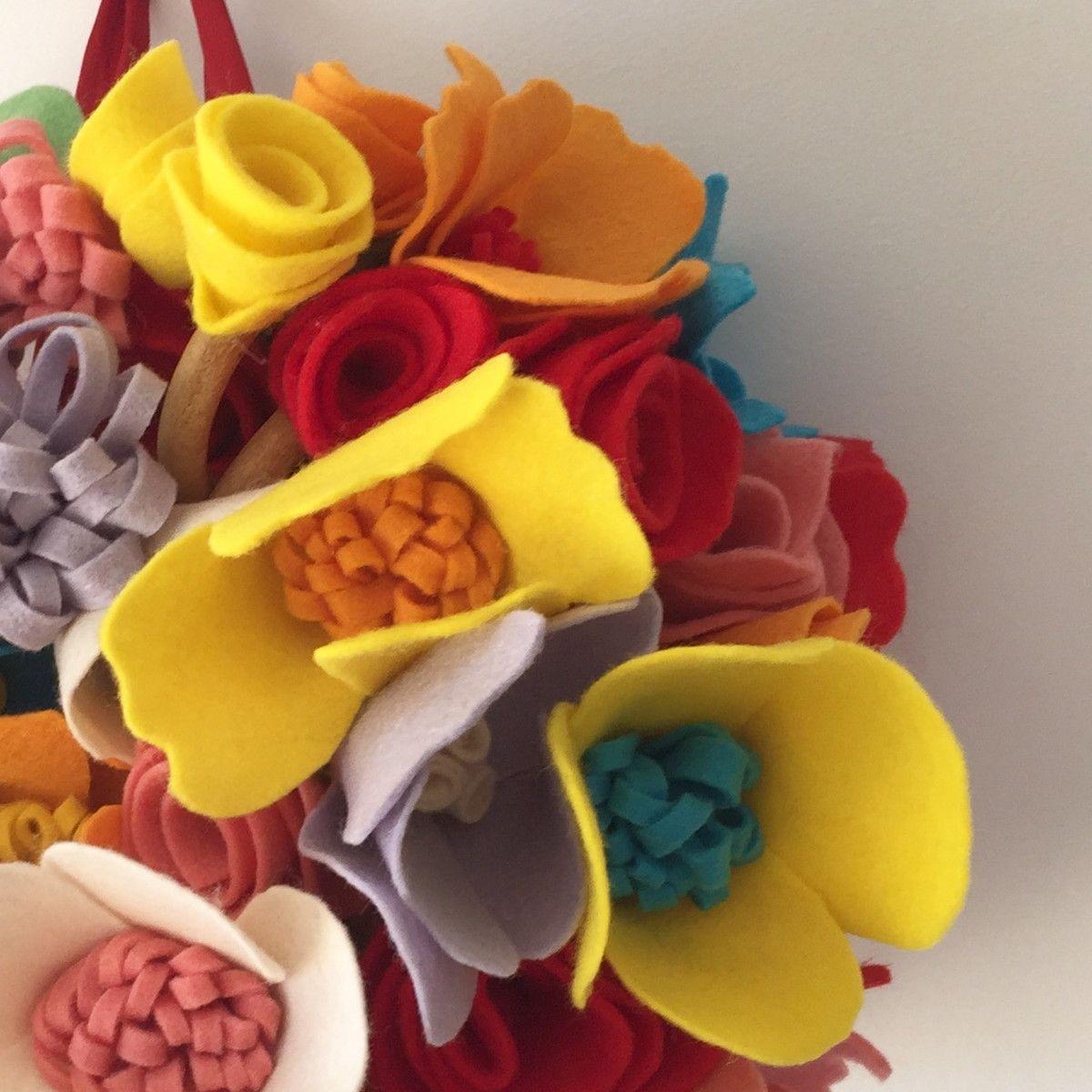 Que tal uma alternativa moderna de flores que durarão para sempre?    O buquê de flores em feltro pode ser feito de diversos tamanhos e nas combinações de cores da sua preferência.    Fazemos kits de casamento com corsages para as madrinhas, buquê da daminha, lapelas, etc.    100% feito à mão com...