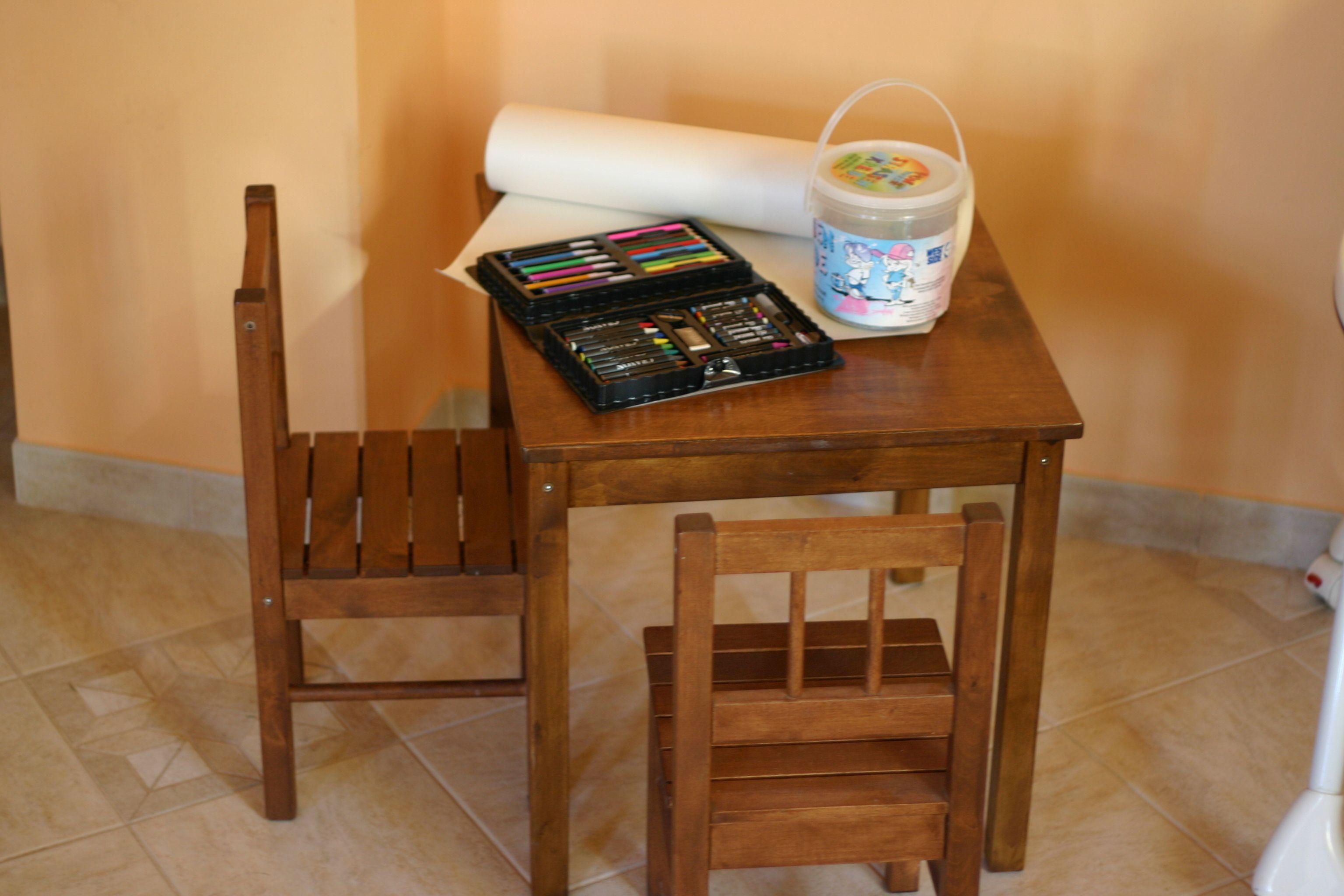 Minden gyerek kedvence... két kis szék és egy kis asztal