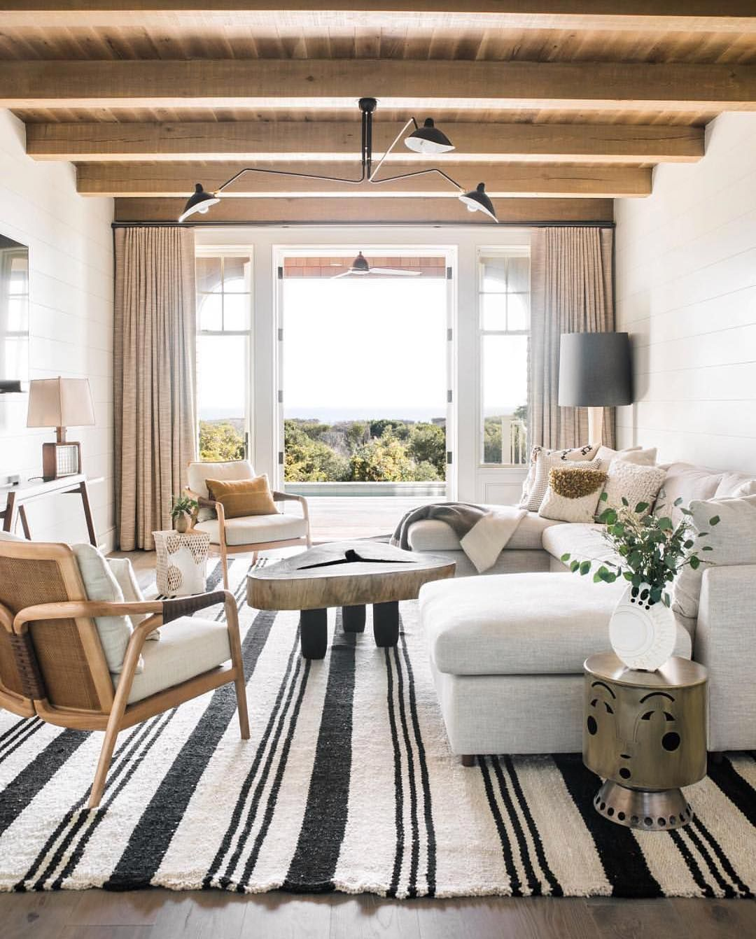 White Cottage Style Interiordesign: Black & White And Warm Wood Tones