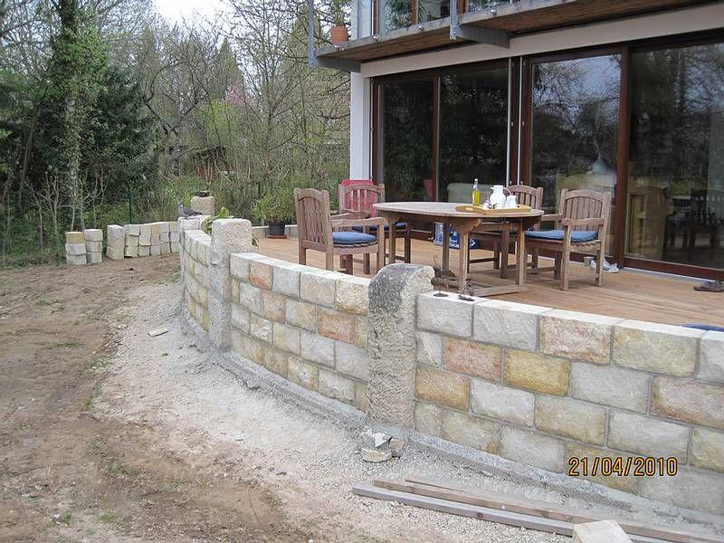 Terrasse mit Natursteinfassung Haus