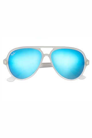70833bfd56 Del retro al futurismo en 25 gafas de sol. Modelo aviador con cristal espejo  de Ray Ban (119, 13 €).