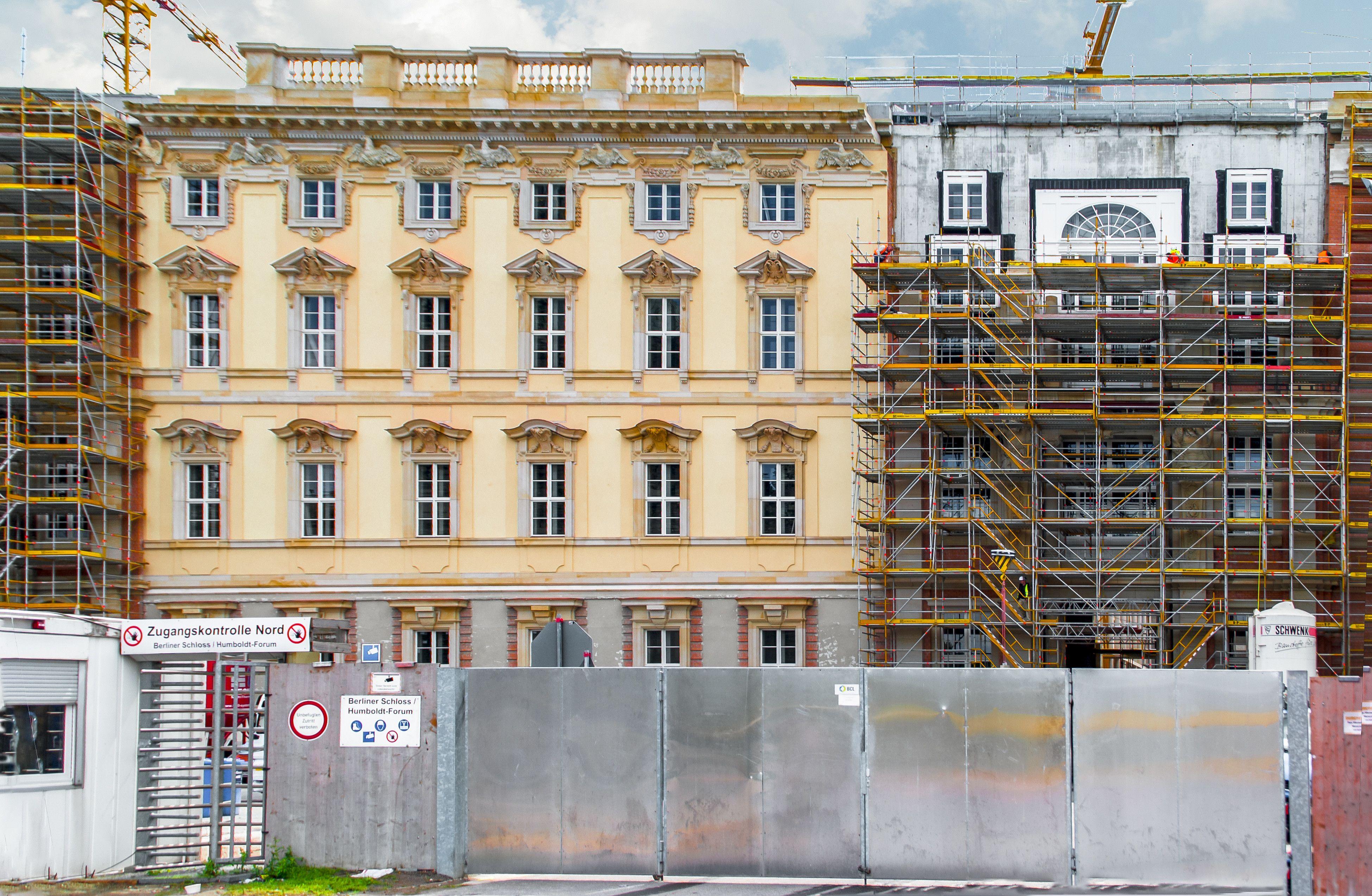 Links Die Vorgehangte Fassade Rechts Rohzustand Baustelle Humboldt Forum Leaning Tower Of Pisa Leaning Tower Building