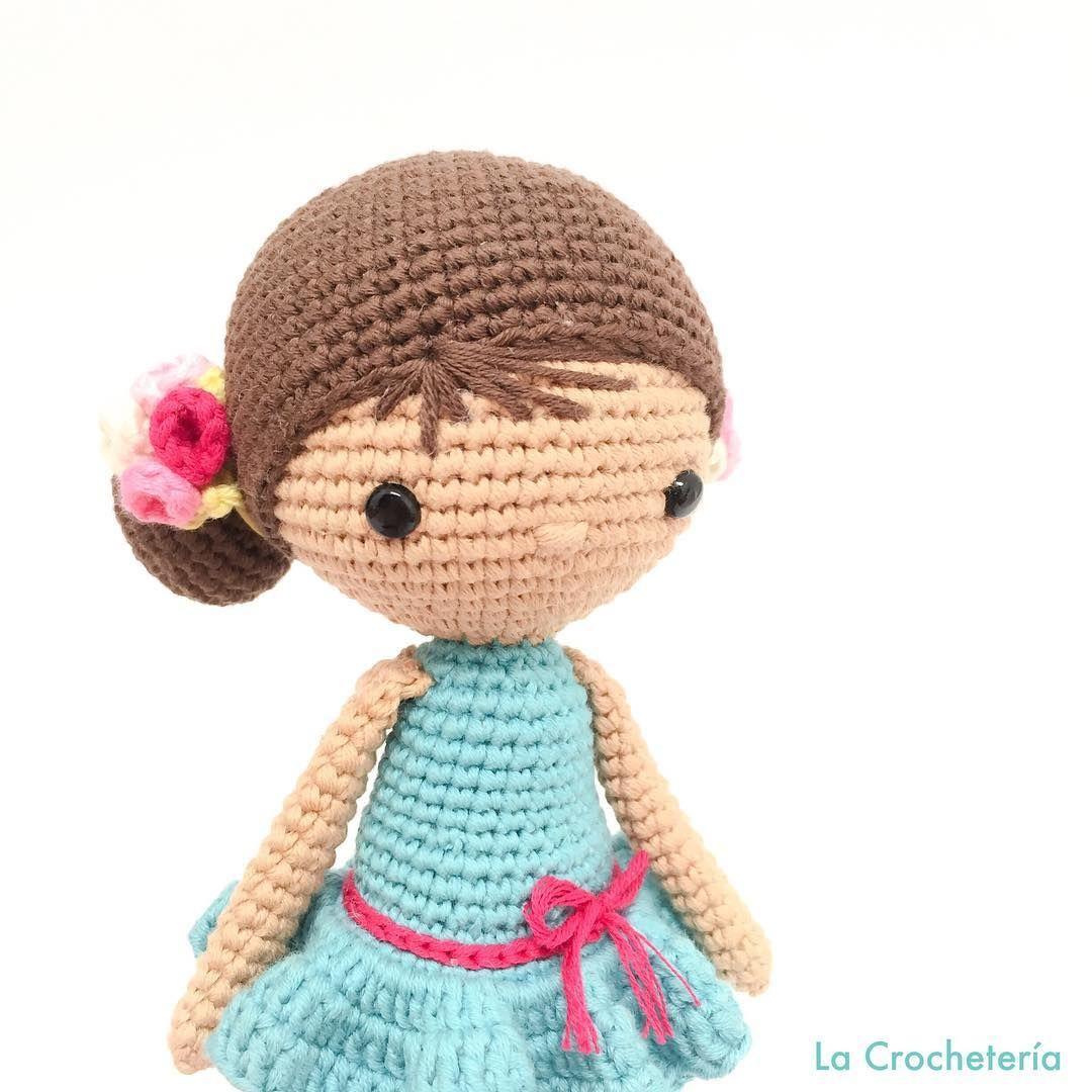 Chloe  Sois muchas las que estáis haciendo a la pequeña Chloe, me siento muy feliz de que os haya gustado tanto. Gracias . Patrón propio para el #clubdelpatrondmc con Natura Just Cotton de @dmc_crafts  Para ser fan del club del patrón tenéis enlace en mi perfil.  #lacrocheteria #DMC #amano #amigurumi #amigurumis #artesanal #artesania #craft #crafter #crochet #craftastherapy #diy #ganchillo #handmade #hechoamano #hallazgosemanal #whp #instagram #tejer #cal #あみぐるみ #かぎ針編み #haken #unci