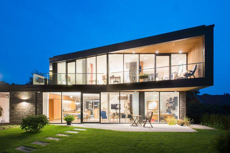 Maison contemporaine avec fenêtres allant du sol au plafond