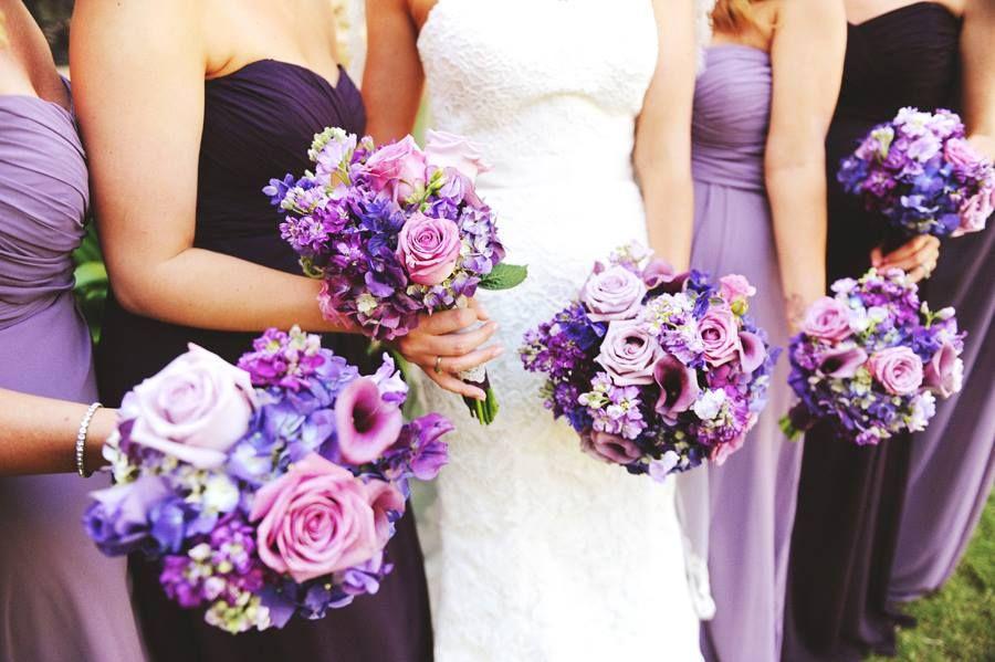 Novia de blanco, madrinas de morado, cortejo de lila. Me gusta ...
