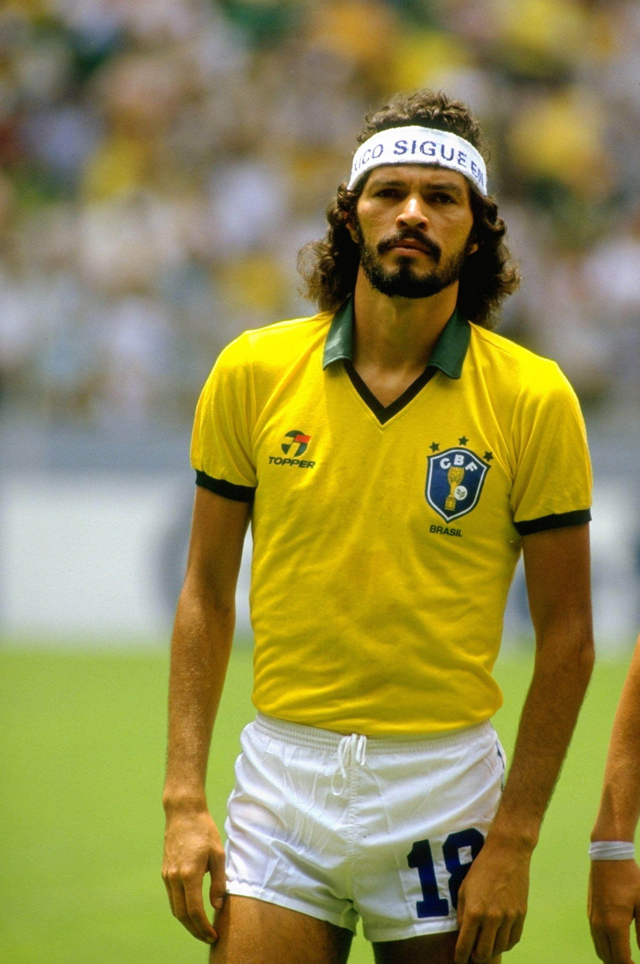 Socrates E Eleito Um Dos Seis Atletas Mais Inteligentes Da Historia Camisas Retro Futebol Selecao Brasileira De Futebol Futebol Brasileiro