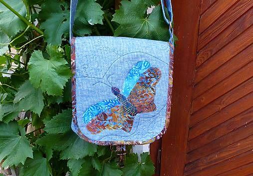 ... taška s aplikáciami motýlikov je ušitá z kvalitných , pevných bavlnených látok v príjemných prírodných odtieňoch....... vystužená ronofixom...... bohato prequiltovaná...podšitá.... s premenlivo...