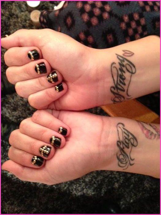 Demi Lovato Shows Off Her New Nails November 28 2017
