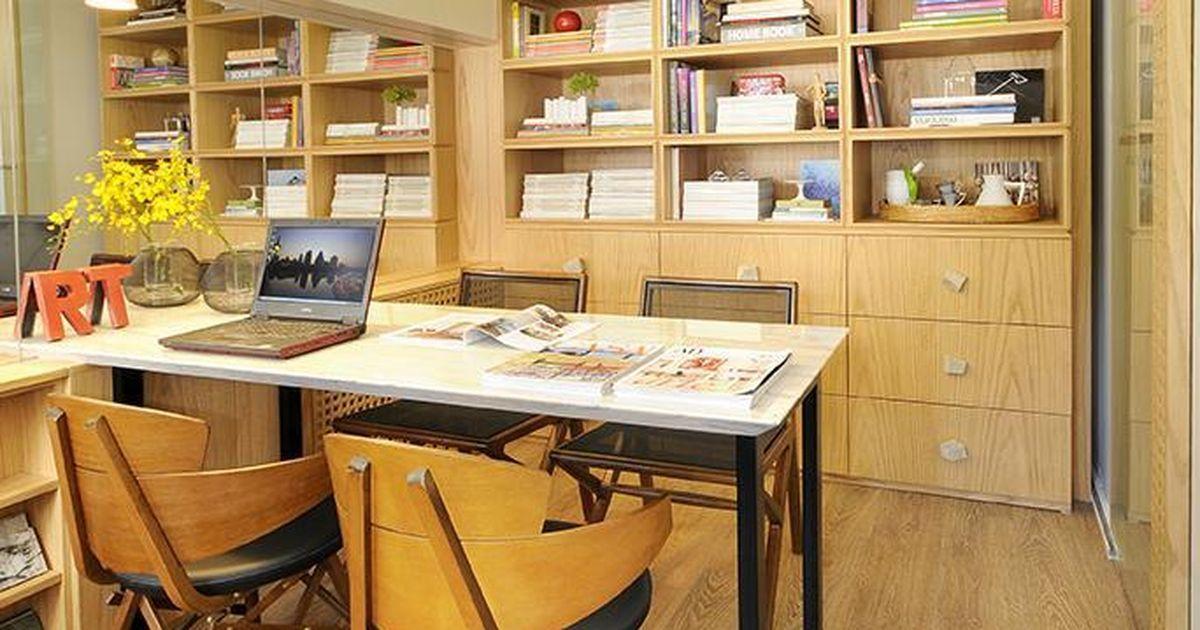 Escritório com estante de Madeira