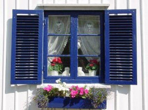 ventana-de-madera-azul-con-flores