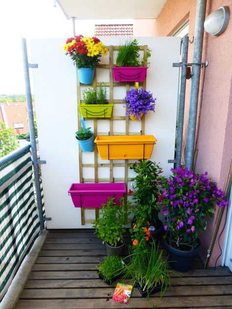 kleiner balkon mit verschiedenen pflanzen und kr utern in einem vertikalen beet balkon. Black Bedroom Furniture Sets. Home Design Ideas