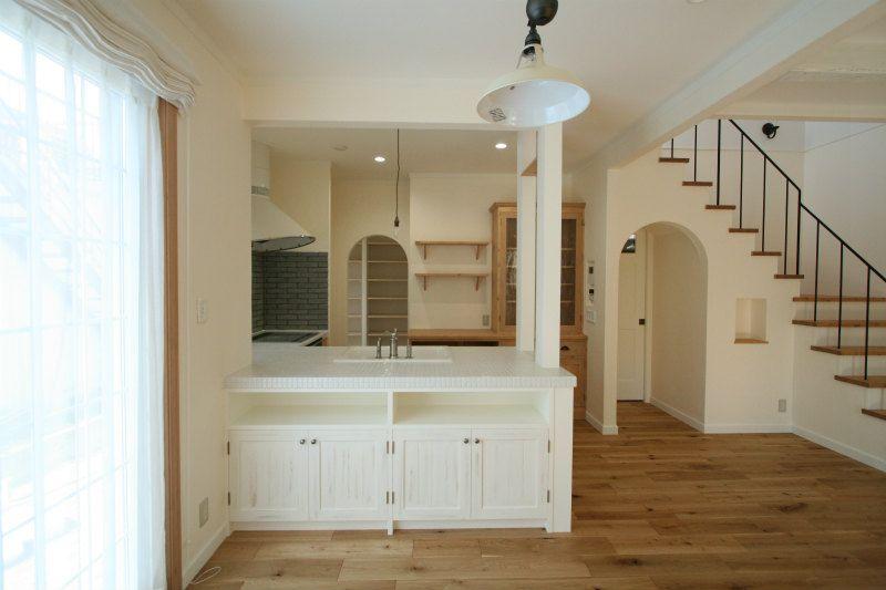 憧れの吹き抜け空間が我が家の真ん中 アイアン手すりと造作キッチンの