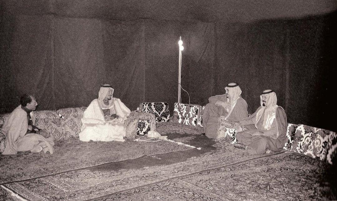 الرياض قديما شاهد زمن البساطة والتواضع الملك خالد بن عبدالعزيز مستضيفا الرئيس المصري السابق أنور السادات في مخيمة عام١٣٩٦هـ ١٩٧٦م Saudi Men Concert Men