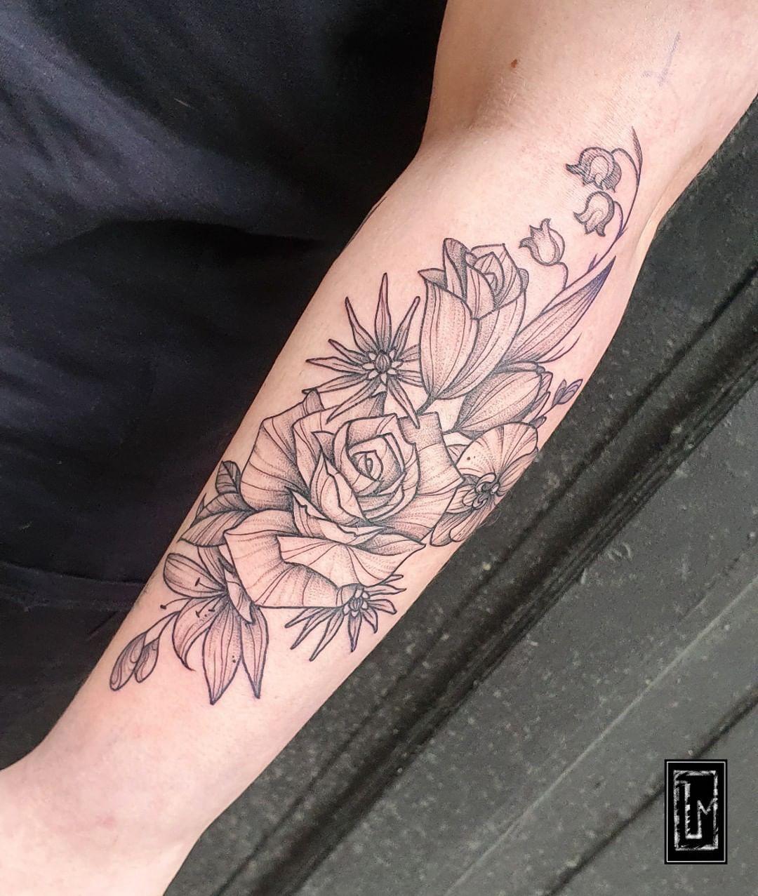 C'est le printemps! Bon, c'est vrai qu'actuellement on en profite pas des masses, mais c'est un plaisir de voir les arbres verdir à nouveau et le soleil pointer le bout de son nez 🌸 . On a fleurit le bras de Bilitis la semaine juste avant le confinement, et c'était très chouette. Un grand merci à toi 🖤 . #tattoo #flash #tattooflash #artwork #tatouage #artoriatatouage #paristattoo #lemarais #inkedboy #inkedgirl #flowers #flowertattoo #rosetattoo #spring #floraltattoo #darkartist #lovetattoos #b