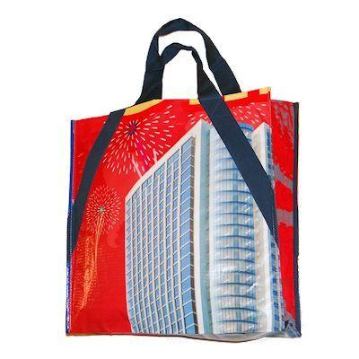 Fair trade shopper uit Vietnam. Gemaakt van gerecyclede reclameposters van zeil. Ideaal voor de boodschappen! http://www.corazonfairtrade.nl/productgroepen/tassen/