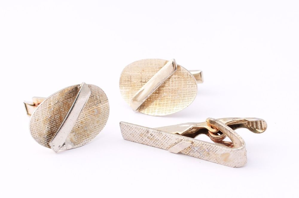 Vintage Textured Cufflinks and Tie Bar Set with Polished Bar Gold Tone Accent