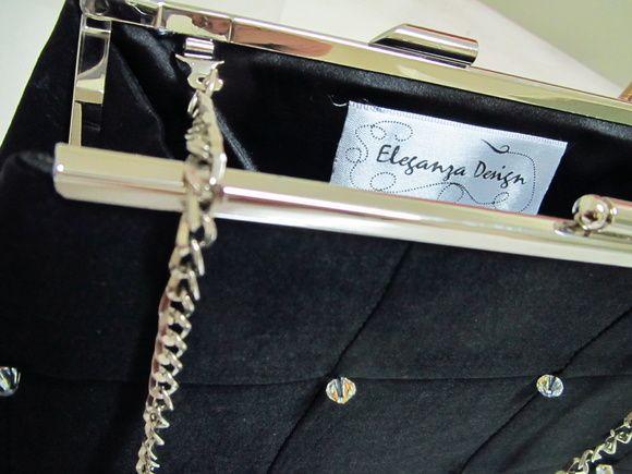 Bolsa geometrica patchwork em Tafeta com elastano e aplicacao de cristais Swarovski. Forrada com cetim de seda preto. Acompanha alca em corrente prateada. Fecho cor prata.  Acabamento em costura Francesa. R$ 90,00