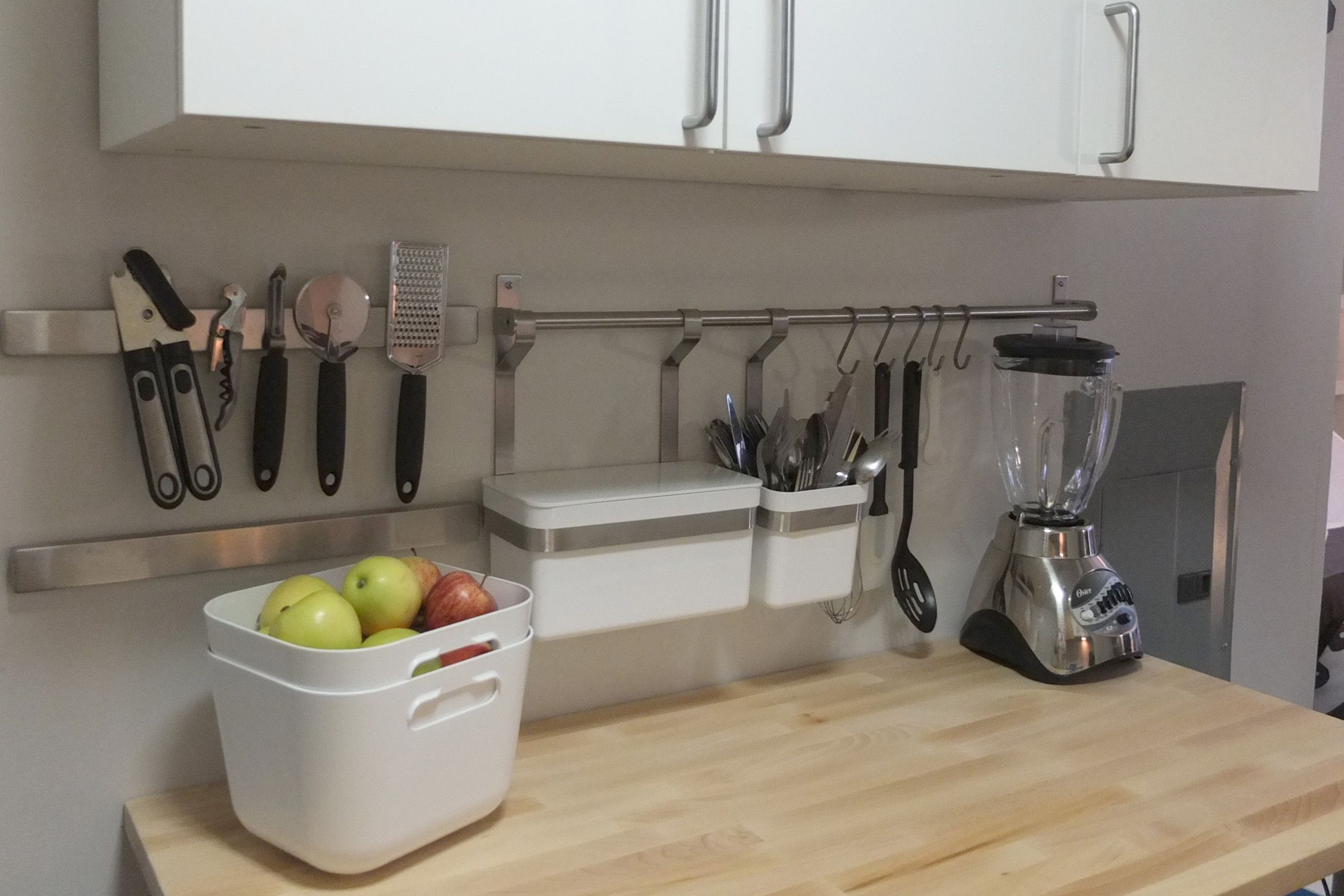 Clear clutter from your kitchen countertop and keep necessary tools close at hand with the GRUNDTAL rail system!