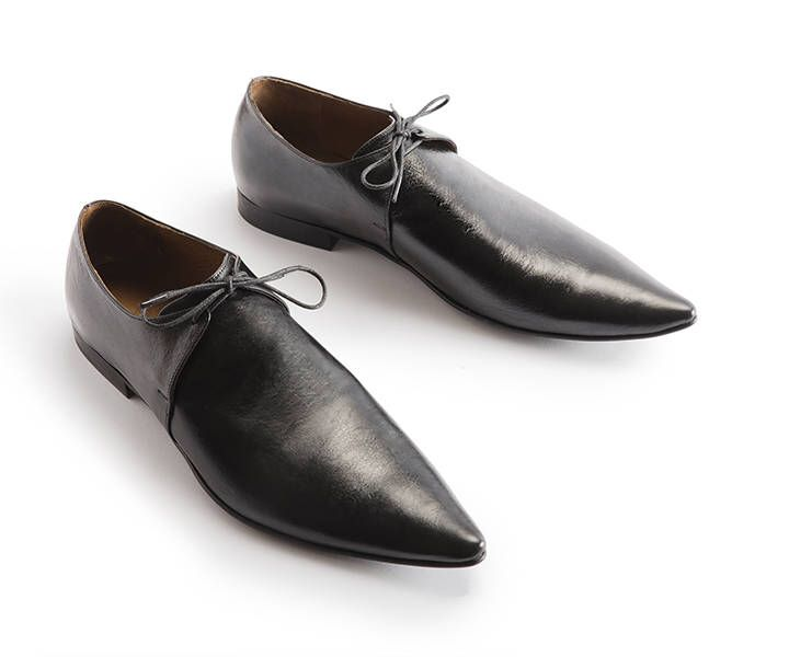 Flat black pointy leather shoes by Una