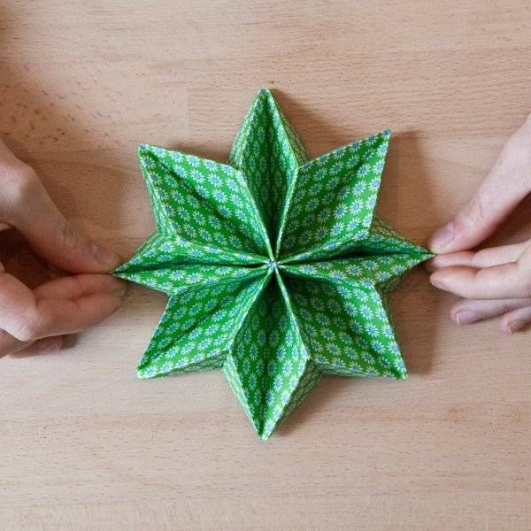 Réaliser un pliage de serviette en étoile
