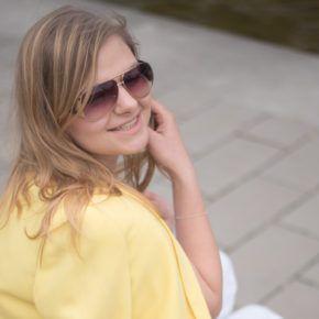 Hugo Boss Tasche in weiß und diy PomPom Sandalen und Vintage Blazer in der Sommerfarbe Gelb