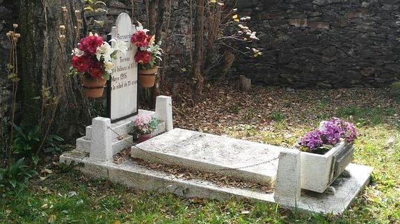 Esta es una historia única entre el cielo y la tierra, la historia de Teresa, la solitaria moradora del cementerio más pequeño de España, levantado hace justo 99 años en los bosques de Bausén, un pueblecito de postal de 51 almas, en el Pirineo leridano. Hoy, cuando saquemos al frío de las tumbas los crisantemos, tampoco faltarán flores frescas sobre la lápida de Teresa. A la sepultura se accede a través de una cancela de hierro abrazada por un recio muro de piedra. Allí yace Teresa sola…