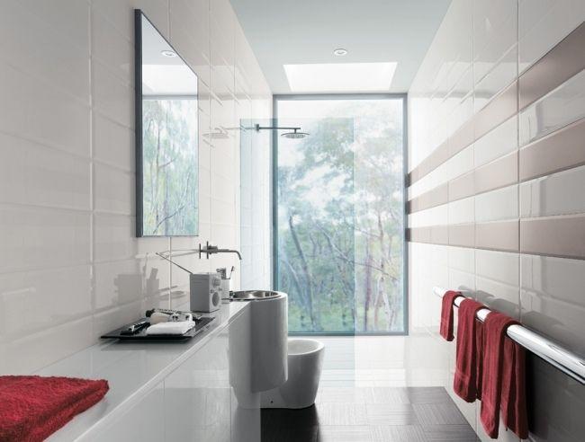 Schmales Bad Design Hochglanz Weiße Fliesen Großes Fenster