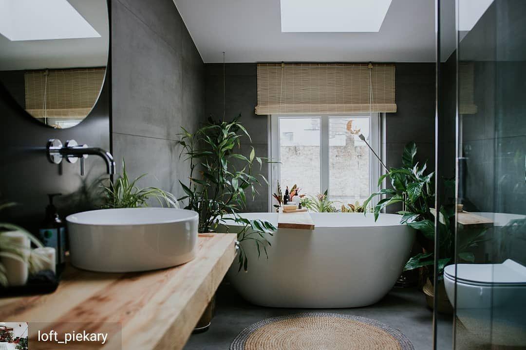Wanna Wolnostojaca I Wiele Kwiatow W Lazience Cudo Fot Loft Piekary Je Bathroom Design Inspiration Best Bathroom Designs Bathroom Interior Design