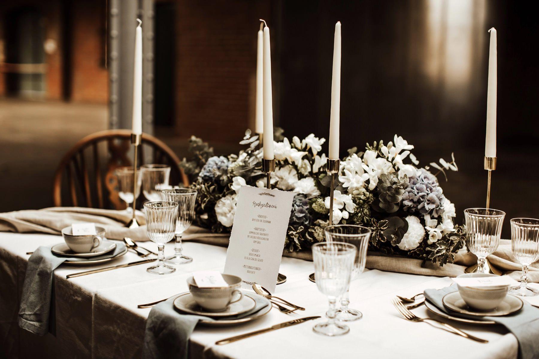 Eine Inspiration für Industrial Hochzeiten mit Frühlingstouch #industrialwedding #tabledecor #weddingtable