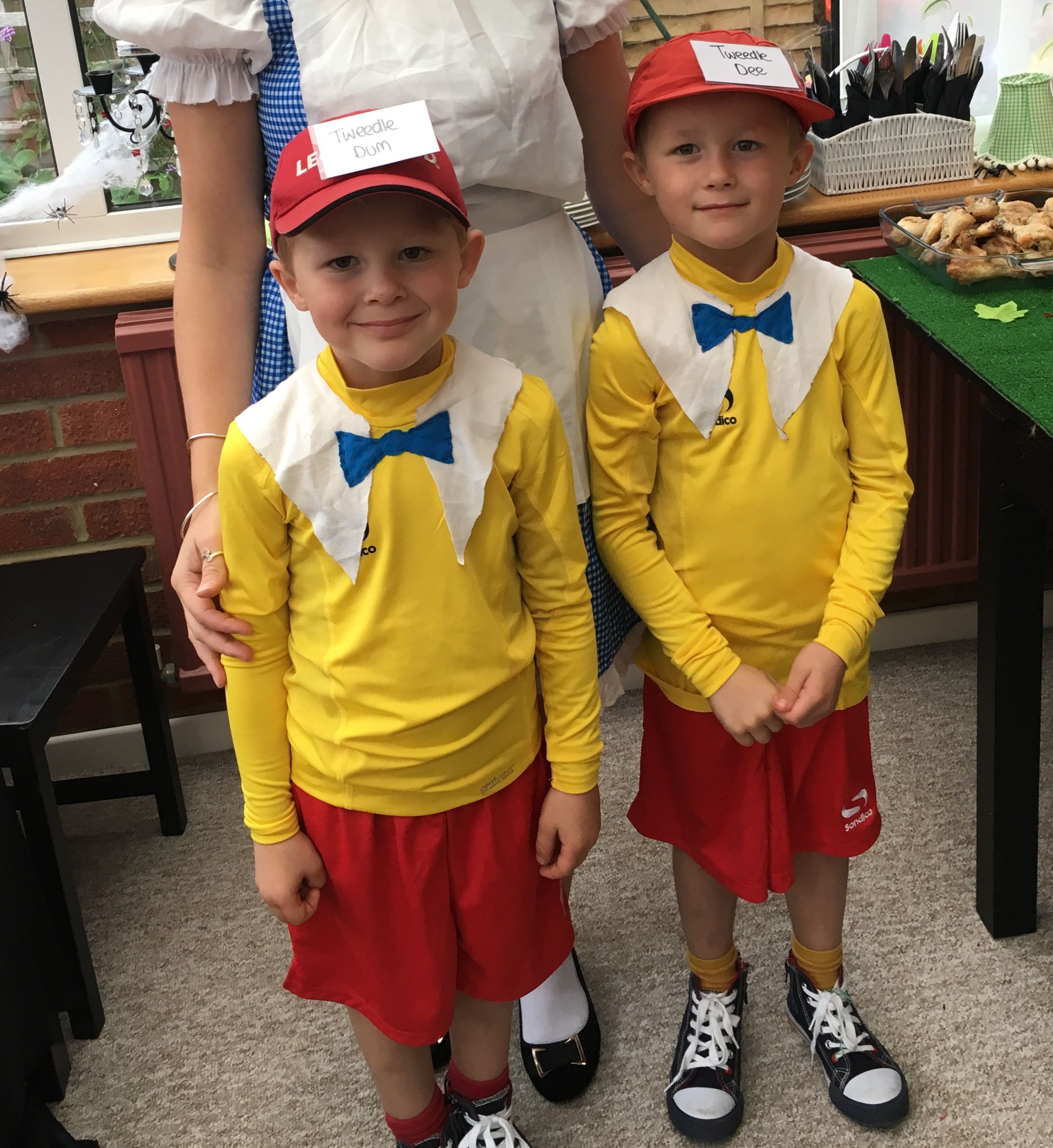Tweedle dum and tweedle dee simple kids fancy dress idea fancy tweedle dum and tweedle dee simple kids fancy dress idea solutioingenieria Images