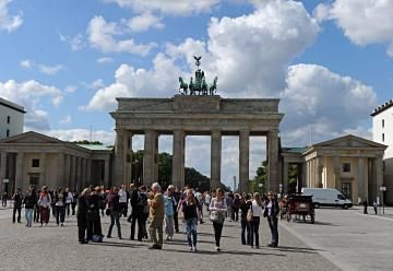 Brandenberg Gate Berlin S Remaining City Gate Is One Of Berlin S Best Known Landmarks During The Period When Brandenburger Tor Brandenburger Tor Berlin Tore