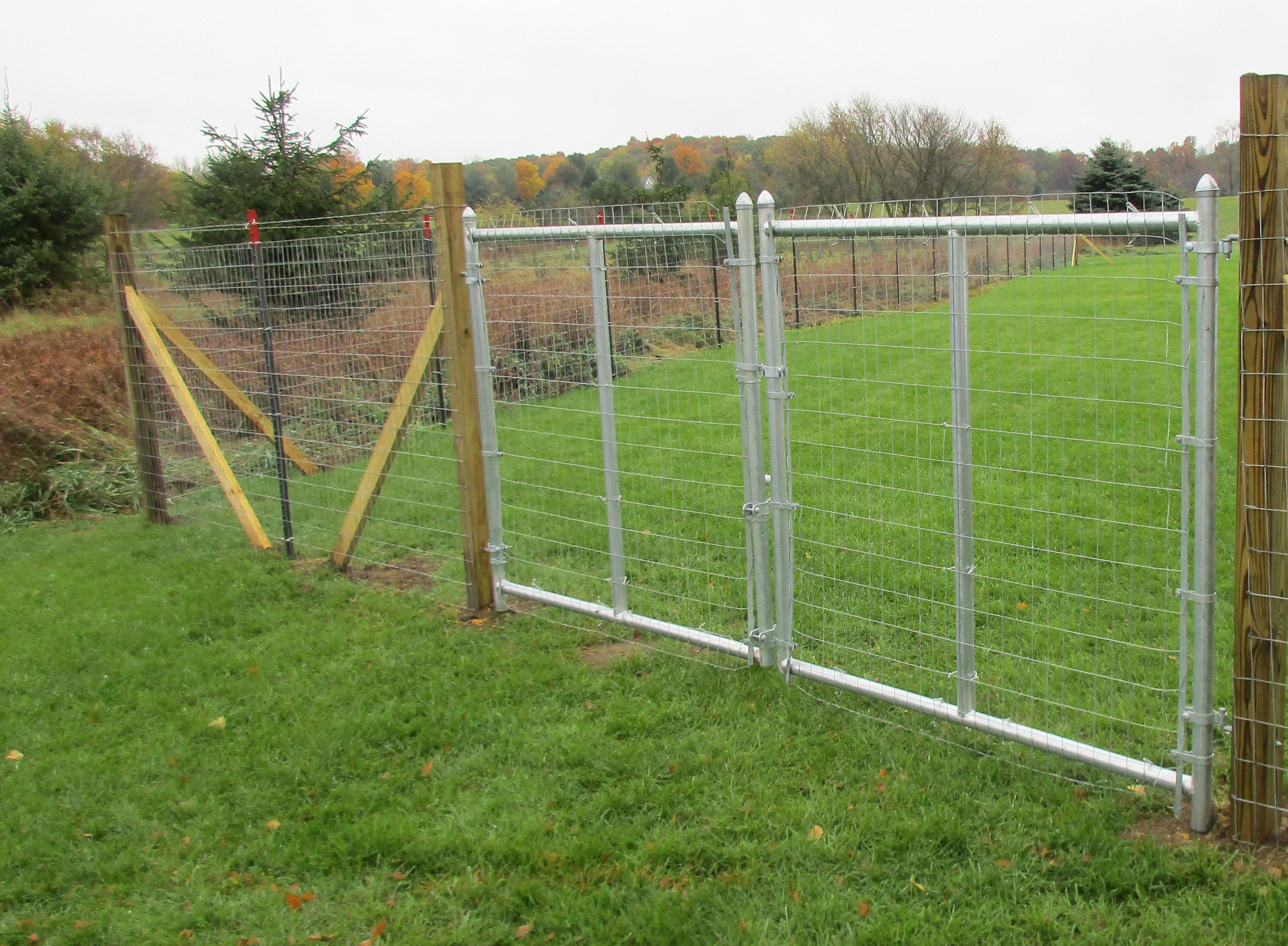 Woven wire farm fence with smooth wire and double drive farm gates ...
