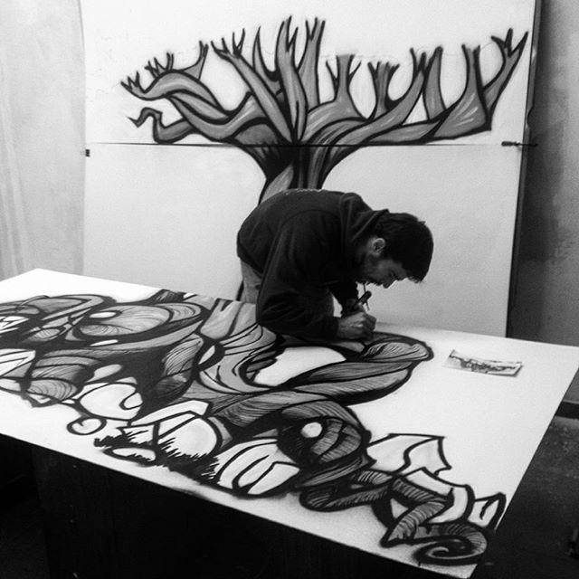 ¡Un árbol viene a verme!, cogiendo forma el mural de Carlos, no sabemos cómo acabará su espalda, pero el resultado será brutal seguro. #_hl2_ #artesania #pinturamural #diseño #fashion #elrastro