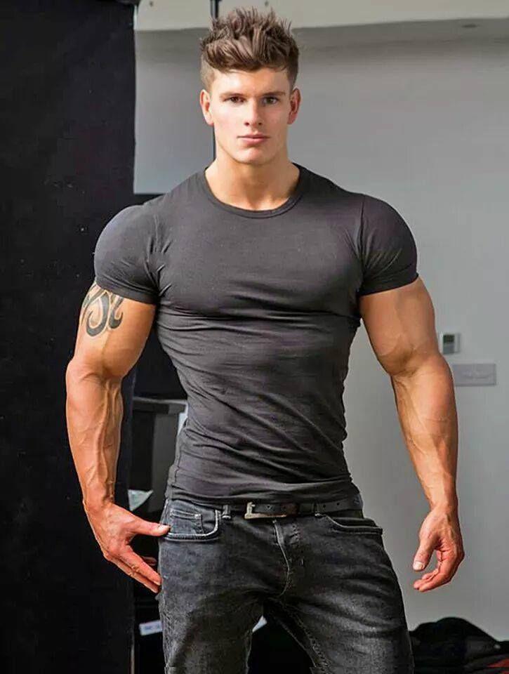 Фото парень качок в футболке