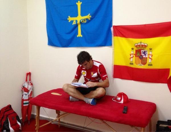 Alonso estudiando