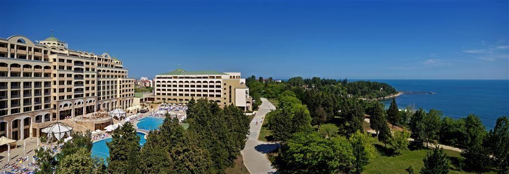 Hotel #SolNessebarPalace #Bulharsko #viawebtour SK: https://goo.gl/Jsbyja CZ: https://goo.gl/f1gWpg Hotel Sol Nessebar Palacesa nachádzav polovici cesty medzi historickým centrom Nessebaru a letoviskom Ravda. Spolu shotelmiSol NessebarMare a Bay tvorí exkluzívny komplex s atypickými bazénmi, upravenými záhradami a predstavuje prázdninový raj pohodlne umiestnený v susedstve pieskovej pláže. Reštaurácie ponúkajúce delikatesy bulharskej i európskej kuchyne a rôzne rybie špeciality, bary…