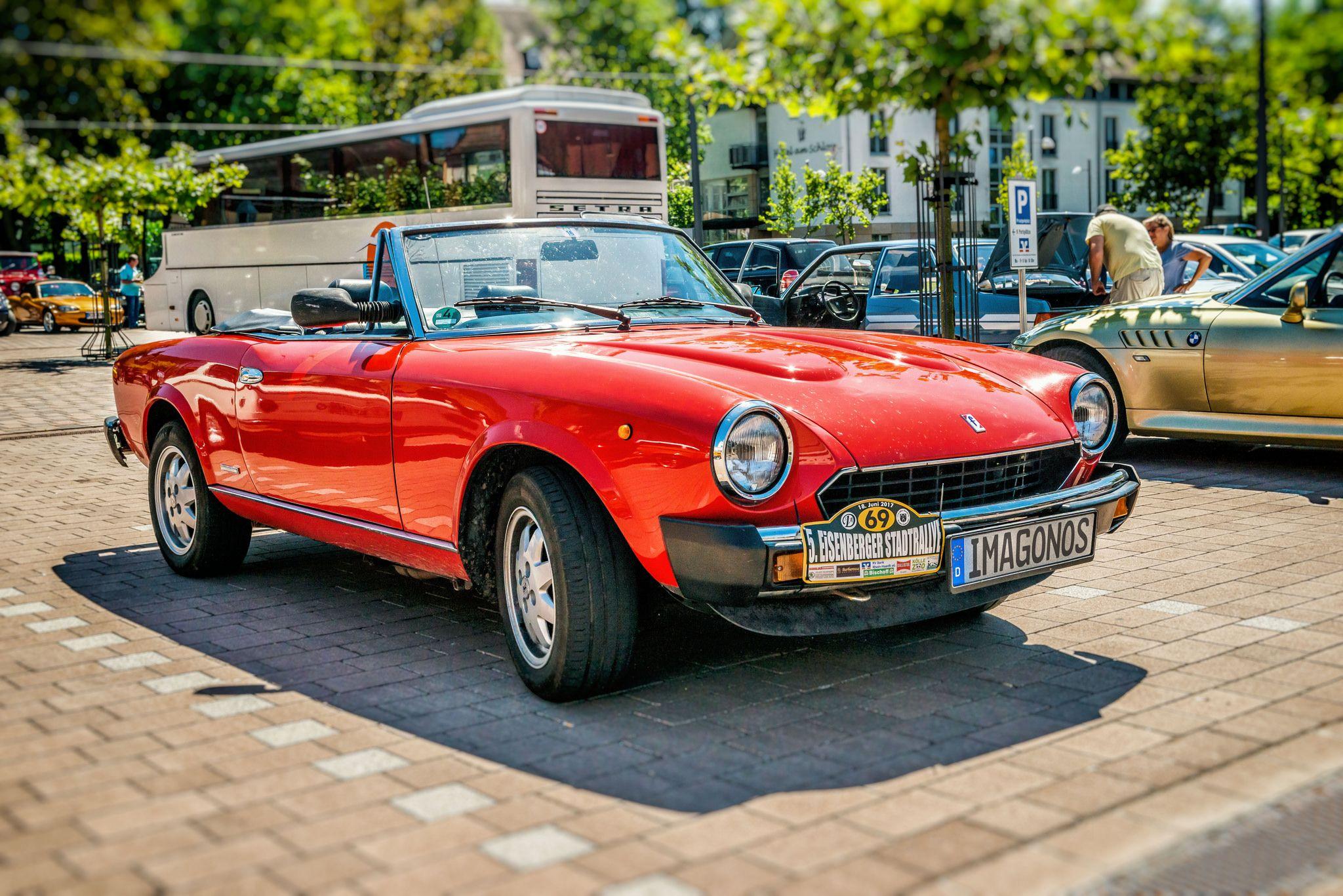 https://flic.kr/p/WKpSwX | Pininfarina Spidereuropa 1982–1985 | EISENBERGER STADTRALLY 2017  Als Fiat den Spider im Herbst 1982 aus dem Angebot nahm, wurde der Fiat 124 Spider noch bis Sommer 1985 als 124 DS in den Werkhallen von Pininfarina unter der Modellbezeichnung Pininfarina Spidereuropa hergestellt und über das Händlernetz der Fiat AG an interessierte Verbraucher vertrieben. Dieses Modell hatte einen 2,0-Liter-Einspritz-Motor mit 77 kW (105 PS), der kurz vor Produktionsende im Juli…