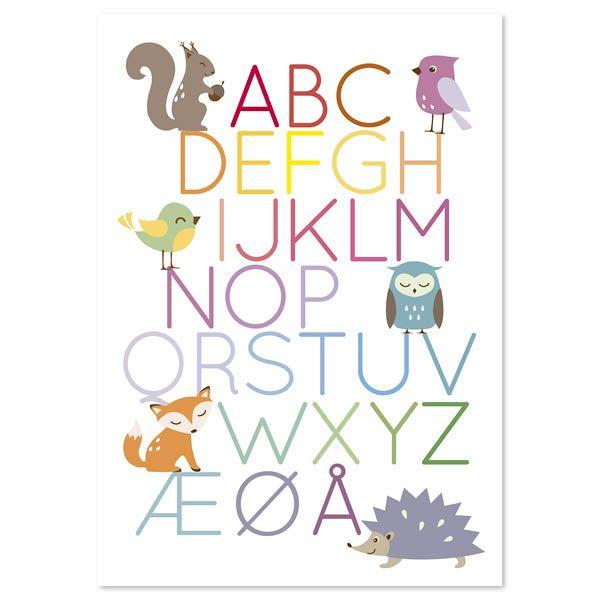 Ih hvor den er fin! Flott plakat inspirert av alfabetet. Den populære alfabetplakaten har fått en følgesvenn. Her med dyrene fra skogen. Morro for barn og voksne. Passer til de fleste og i de fleste rom. Plakaten leveres i A3 - uten ramme. Den er trykket i Norge.  Plakat med alfabetet, ekorn, ugle, fugler, rev og pinnsvin passer godt til barnerommet! Den passer i standard rammer fra bl.a. clas ohlson og Ikea.