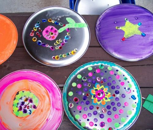 Create Your Own Shield -- great creative craft for kids using inexpensive pizza pans!