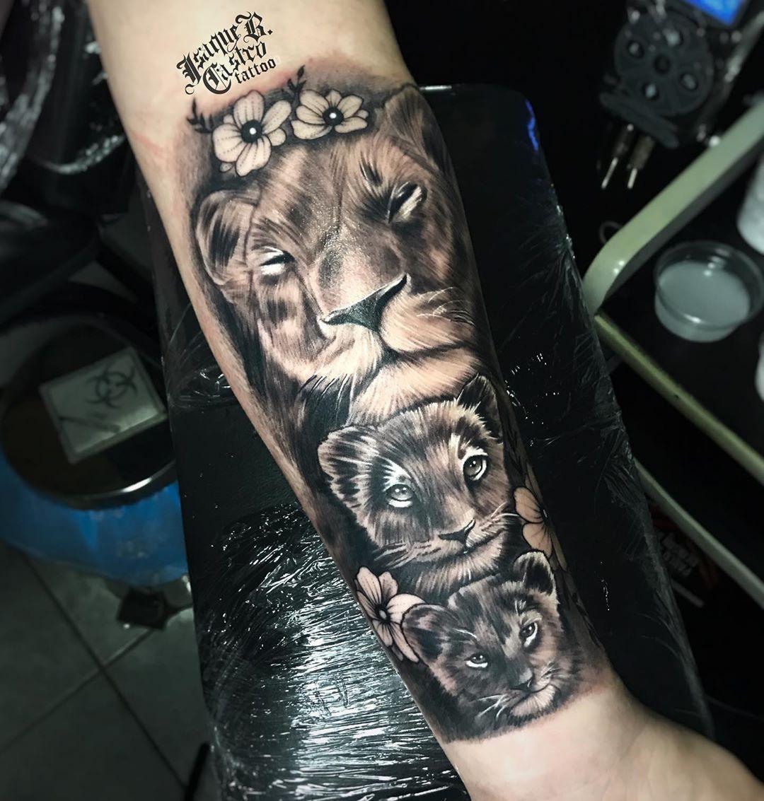 O Amor de uma Mãe representado em uma tatuagem. . Comenta aqui em baixo o que você achou dessa arte ⬇️ E marca 2 amigos . . . . . #tattoo #tatuagemfortaleza #tatuadoresdefortalza #estudiosdetatuagemfortaleza #estudiodetatuagemfortaleza #tattooart #pretoecinza #pretoecinzatattoo #pretoecinzatatuagem #tattooartist #tattoo #tatuagem #tatuagemfortaleza #tattoolife #tattoolovers #tattooarte #tattooart #evolucaosempre #thebesttattooartist #tattooartist #tattooartists #tattooartistmagazine #tattooartis