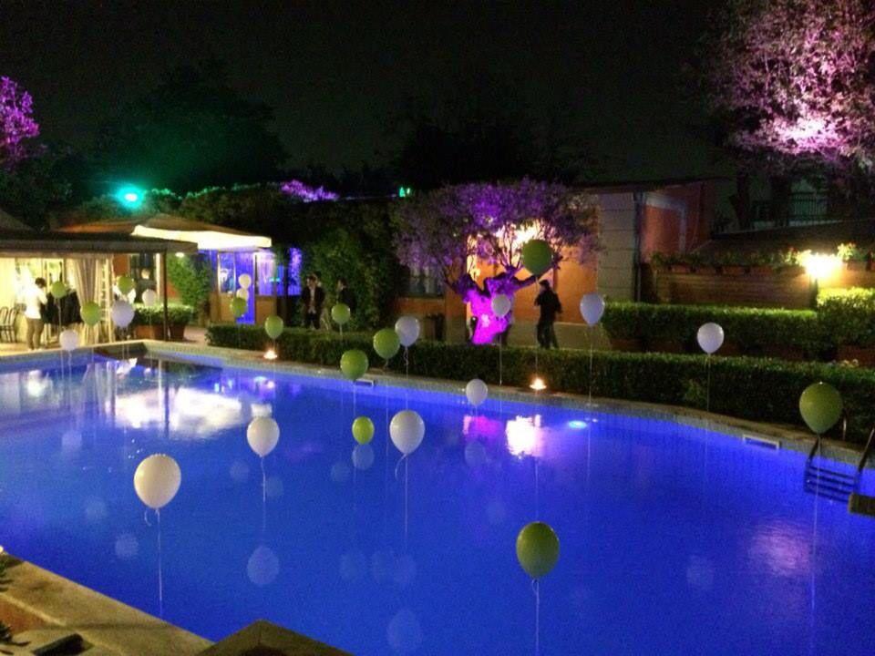 Allestimento di palloncini in piscina