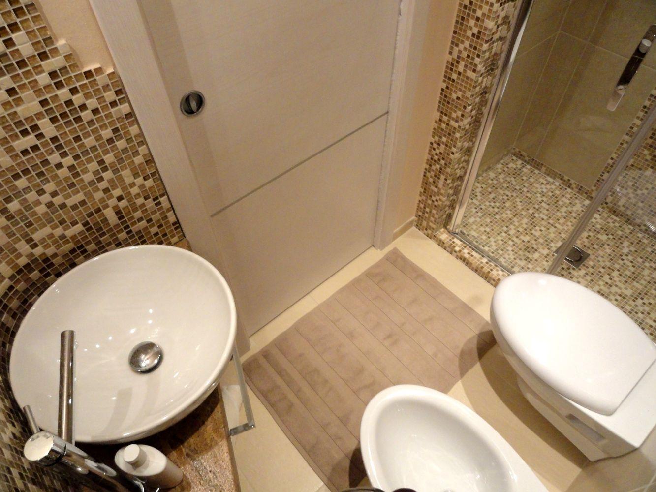 Risultati immagini per bagno piccolo bagno pinterest small space bathroom bathroom - Bagni da ristrutturare idee ...