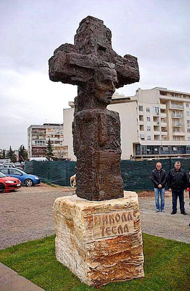 Monumento a Nikola Tesla en la catedral Podgorica de la resurrección de Cristo. En Montenegro