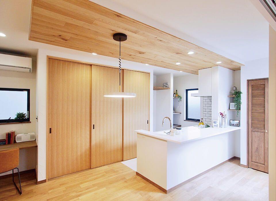 キッチン天井に施した板張りが映えます キッチン ダイニング 収納