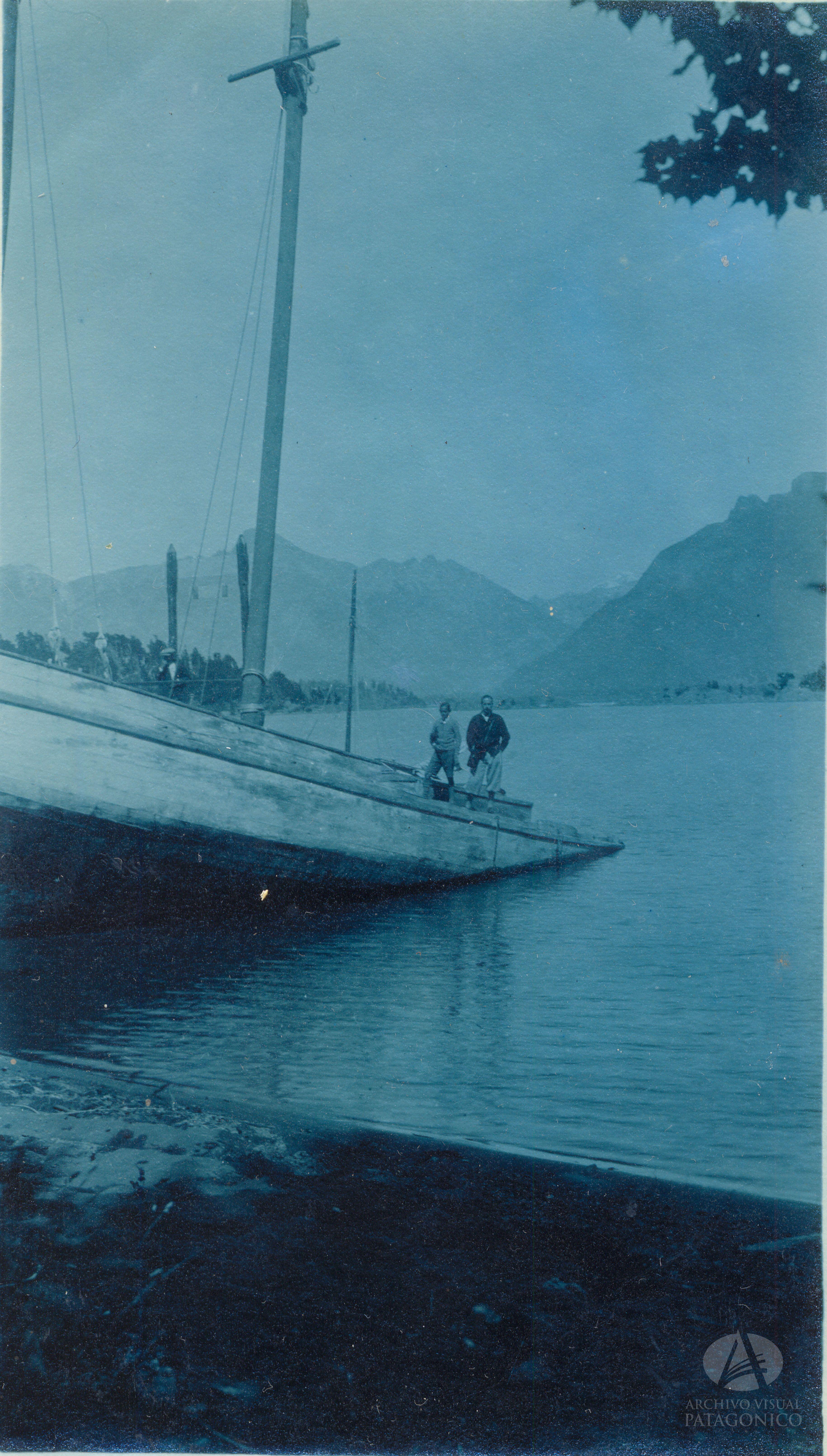 Goleta Pampa  Propiedad del Sr. Ing, Otto Mühlenpfordt atracado en Puerto Anchorena, Isla Victoria, Ca. 1930 (Col. Luhrs en Archivo Visual Patagónico)