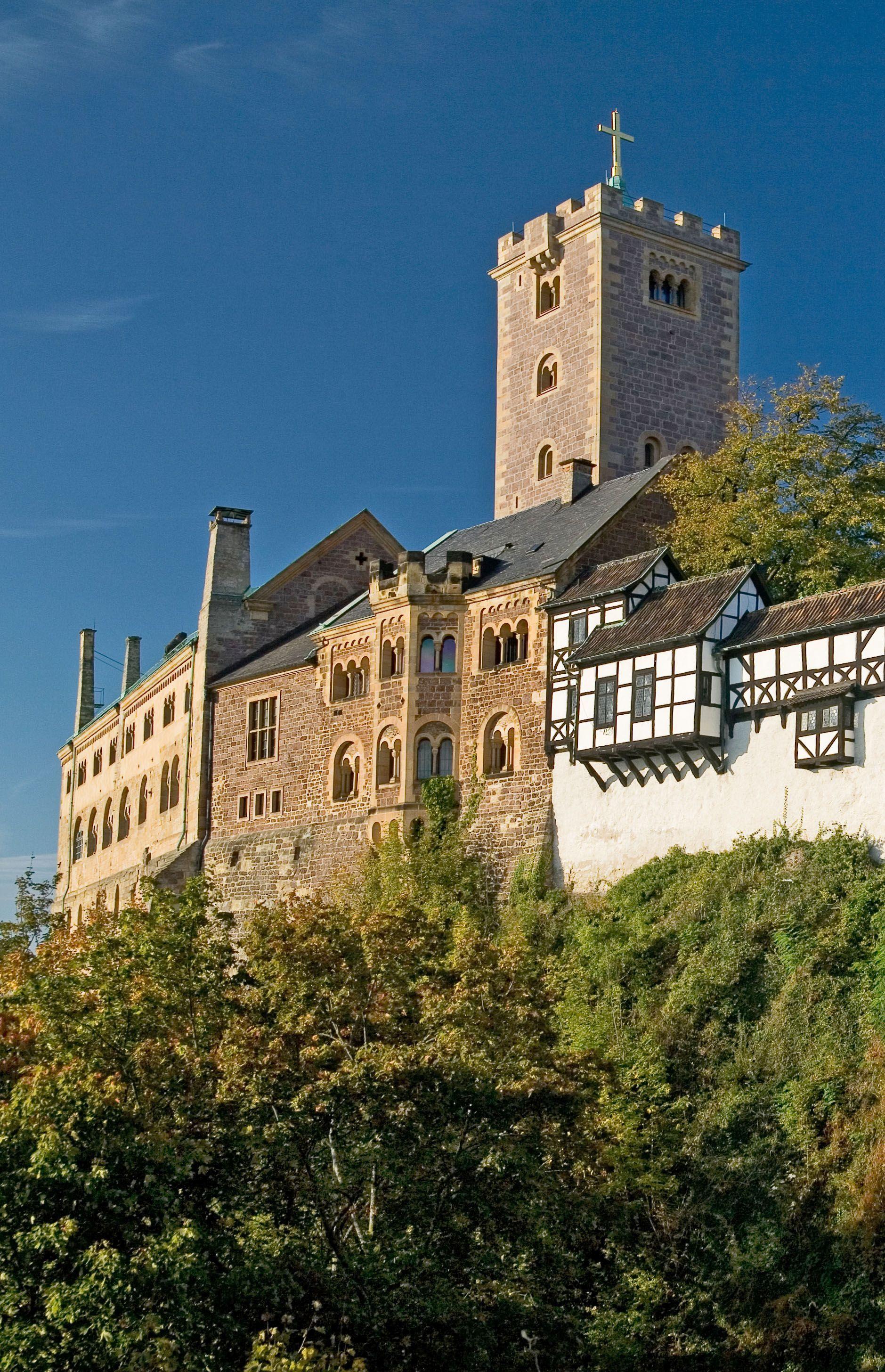 Die Wartburg In Hainich Gehort Zum Weltkulturerbe In Deutschland Hier Hat Luther Die Bibel Ubersetzt Unesco Germany Bur Burg Burgen Und Schlosser Wartburg